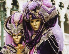 Faschingskostueme-Frauen-Paare-Adlige-Venedig-Karneval-Masken