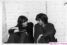 Ian McCulloch in a coat, with Mark E Smith of The Fall in Eric's dressing room. (© Michael Finkler)