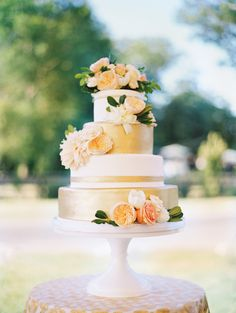 Classic gold and peach cake | Photography: Abby Jiu Photography