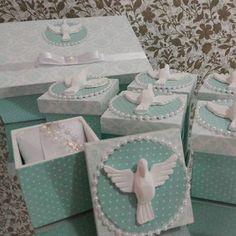 Simplesmente apaixonada por essa combinação! Caixas para padrinhos e lembrancinha de Crisma.  #caixapadrinhos ##caixadecorada #caixadivinoespirítosanto #caixalembrancinha #caixapersonalizada #divinoespiritosanto #lembrancabatizado #embrançacrisma #batizado