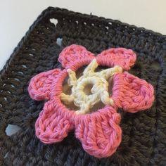 """I går fik jeg endelig mit garn til Drops' Mystery Blanket CAL """"The Meadow""""! Jeg er netop lige blevet færdig med ledetråd 1 fem styks anemone firkanter #alpehuehækler2016 #alpehuehækler #alpehuecrochet #dropscal #themeadow #ledetråd1 #clue1 #hæklet #tæppe #hæklettæppe #blanket #crochet #crocheting #crochetlove #crochetblanket #vanillie #vanilla #grå #grey #rosa #rose #denmark #crochetsquare #grannysquare #grannysquarerock #garn #yarn #dropslovesyou7 #dropsmysteryblanket by alpehue"""