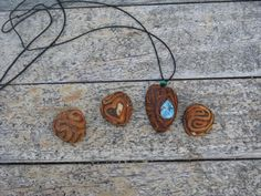 Transform avocado stones into beautiful pendants Avocado Seed, Avocado Art, Seed Art, Whittling, Nature Crafts, Young And Beautiful, Stone Pendants, Beauty Routines, Wood Carving