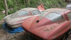 Vintage Cars Muscle Again, not big on vetts, but this is a serious shame. A pair of split window classics. These cars should be driven, not left to rot! Corvette C2, Chevrolet Corvette, Chevy, Corvette History, Corvette Summer, Cles Antiques, Junkyard Cars, Supercars, Automobile