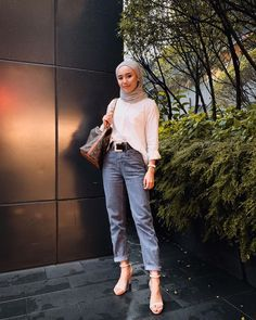 styling with white shirt Hijab Fashion Summer, Modern Hijab Fashion, Street Hijab Fashion, Hijab Fashion Inspiration, Muslim Fashion, Casual Hijab Outfit, Hijab Chic, Trendy Outfits, Fashion Outfits