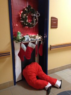 Check Out 21 Christmas Door Decorations Ideas You Should Try. Need inspiration for your front door decoration,here are some great christmas door decoration ideas for you. Christmas Door Decorating Contest, Office Christmas Decorations, Christmas Crafts, Funny Christmas, Dorm Door Decorations, Homemade Decorations, Snowman Decorations, Grinch Christmas, Outdoor Christmas