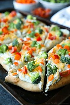 This cold vegetable pizza is the ultimate party appetizer for summer potlucks. With a fresh baked crust, creamy ranch spread, and crunchy fresh veggies, everyone will be coming back for seconds! - Food And Drinks Cold Vegetable Pizza, Vegetable Pizza Recipes, Veg Pizza, Vegetable Appetizers, Pizza Appetizers, Healthy Appetizers, Appetizers For Party, Pizza Hut, Appetizer Recipes