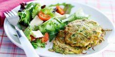 Koolhydraatarm dieet en recepten: Courgette-bieslookkoekjes met gemengde salade met ...