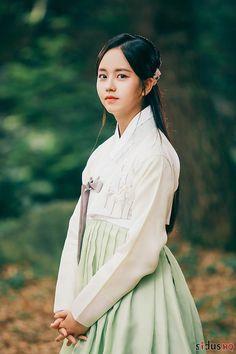 김소현 The Emperor: Owner of the Mask (Hangul: 군주-가면의 주인; RR: Gunju - Gamyeon-ui ju-in; Ruler - Master of the Mask) is South Korean television series. It airs on MBC. Korean Actresses, Actors & Actresses, Korean Girl, Asian Girl, Kim So Hyun Fashion, Hyun Ji, Kim Sohyun, Kim Yoo Jung, Long Skirt Fashion