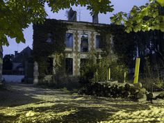 Chaque centre ville à sa maison abandonnée - Moulins Abandoned Mansions, Abandoned Houses, Abandoned Places, Haunted Places, Le Moulin, Comme, Centre, France, House Styles
