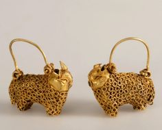 Iran | Pair of earrings | Gold, fabricated from sheet and wire, decorated with plain and twisted wire. | 12th - 13h century