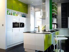 Raikkaat vihreän eri sävyt tuovat eloa keittiöön. Rohkea valitsee kaappien oviksi värikkäät mallit ja tapetoitai maalaa seinät. Väripilkkuja vihreän muodossa voi tuoda myös käyttöesineillä, valaisimilla ja vaikka serveteillä. Vihreä on uskalias väri varsinkin keittiössä. Siksi sen käyttöä kannattaa harkita tarkkaan isommilla pinnoilla, kuten kaappien ovissa. Onnistunut sisustaja saa ihailla värikästä ja modernia keittiötään pitkään. Ja …