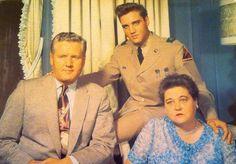4 vintage postcards - Elvis Presley with Vernon and Gladys,  Nixon, Graceland!!