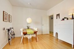 Spisestuen i en 2-værelses lejlighed i Aarhus C, der lige nu er til salg ved Danbolig i Aarhus. Læs mere på www.lejlighediaarhus.dk.