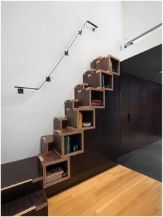 Uma escada que também tem função de prateleira! Uma ótima maneira de otimizar espaços e deixar cada móvel da casa com mais personalidade foi essa do escritório nova iorquino de design General Assembly para um loft na região de Greenwich Village.