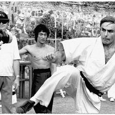 Bruce Lee behind the scenes of Enter the Dragon John Saxon, Bruce Lee Martial Arts, Bruce Lee Quotes, Enter The Dragon, Jackie Chan, Taekwondo, Kickboxing, Cinema, Karate