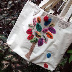 Ecobag em tecido com aplicação crochet  Obs: Pequeno defeito parte interna .  Parte de trás o crochet não é azul conforme  Feito a mão.