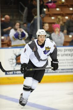 Linden Vey of the Manchester Monarchs rocks the Kings 1995-96 alternate jersey.