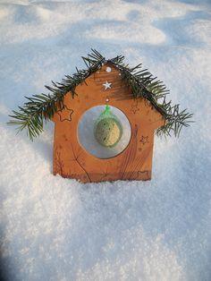 Krmítko Krmítko pro ptáčky s háčkem na upevnění lojové koule je vyrobeno ze světlé keramické hmoty, dekorováno červeno-hnědě. Velikost cca 22 x 22 cm. Součástí balení není lojová koule a větvičky. Větvičky ale lze na přání do balíčku přidat. Případně i na krmítko připevnit. Bez příplatku!!