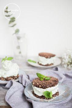 Minttu-suklaiset jäätelösandwichit Panna Cotta, Cheesecake, Ice Cream, Ethnic Recipes, Desserts, Blog, No Churn Ice Cream, Tailgate Desserts, Dulce De Leche
