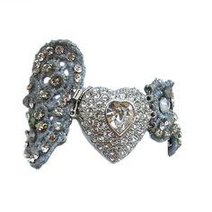 Brazalete de encaje teñido en plata nueva, cristales de swarovsky y broche corazón en rodio y brillantitos de imitación. Precio: 295€