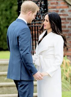 November 2017 - Prince Harry & Meghan Markle during an official photocall to announce their engagement at The Sunken Gardens at Kensington Palace. Prince Harry Et Meghan, Meghan Markle Prince Harry, Princess Meghan, Prince And Princess, Prinz Harry Meghan Markle, Harry And Megan Markle, Estilo Meghan Markle, Meghan Markle Style, Kate And Meghan