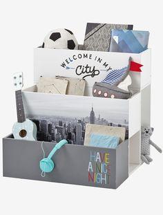 """Praktisches Kinder Stufenregal mit viel Stauraum! Bücher, Spielzeug und mehr finden in dem Bücherregal mit 5 Fächern gut Platz und lassen sich dank des Stufenprinzips auch schon von den Kleinsten gut erreichen. Produktdetails:Bücherregal: MDF. 3 stufenförmig angeordnete Fächer und 2 Seitenfächer. 60 x 60 x 60 cm. Motive: Skyline-Ansicht, Schriftzüge """"Welcome in my city"""" und """"Have a nice night"""". Selbstmontage. Hinweis: Lieferung ohne Deko.;"""