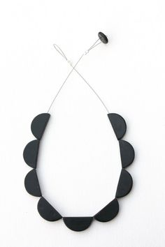 Black scallop necklace minimal polymer clay door debroervandevogel, €30.00