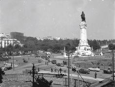 Obras na Rotunda, Lisboa, Benoliel, in archivo photographico da C. Old Pictures, Old Photos, Pavement, Paris Skyline, Black And White, Building, Places, Travel, 30