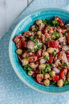 Schneller,einfacher Kichererbsen-Thunfisch Salat mit Tomaten (glutenfrei) Der perfekte Sommersalat. Ideal als gesunder Mittagssnack. Salatreste eignen sich toll als Füllung für Wraps.