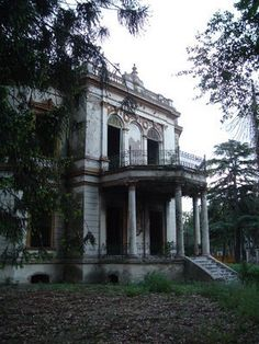 Architecture - Abandoned Places - These old Southern homes have always fascinated me. Beautiful and such history.& of course the ghostly aspect. Abandoned Property, Old Abandoned Houses, Abandoned Buildings, Abandoned Places, Old Houses, Abandoned Castles, Abandoned Library, Beautiful Architecture, Beautiful Buildings
