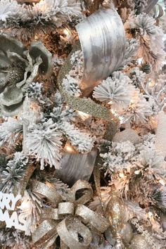 How to Decorate Your Christmas Tree Like a Pro - Melissa Roberts Interior Decorate Christmas Tree Like A Pro, Silver Christmas Decorations, Ribbon On Christmas Tree, Colorful Christmas Tree, Christmas Tree Themes, Christmas Tree Toppers, Xmas Tree, Christmas Wreaths, Christmas Holidays