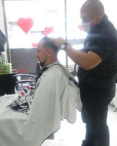 Trabajando gracias mi Dios por mi trabajo por mis clientes y por sobre todas las cosas por darme la dicha de salir adelante por el futuro de mí y de mi familia Bendice en todo momento a mi familia Amigos y Enemigos apartalos de todo mal y llevalos por el camino de el bién... @barbershopvenezuela #wahl #andis #clippers #barber #barberlife #barberia #barbershopconnect #pacinos #bogota #colombia #elegance #gel #venezuela #maracaibo #lagunillas  #ciudadojeda by barbershopvenezuela