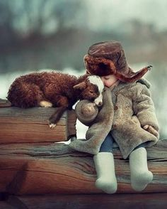 15 Adorable Photos Of Children And Animals Cuddling So Cute Baby, Cute Kids, Cute Babies, Animals For Kids, Animals And Pets, Baby Animals, Cute Animals, Nature Animals, Beautiful Creatures