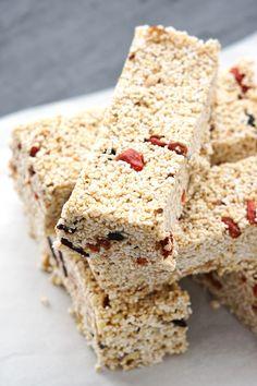 Die fettarmen Amarant-Granola-Riegel sind tolle Snacks, um im sommer den Heißhunger auf Süßes gesund zu stillen.