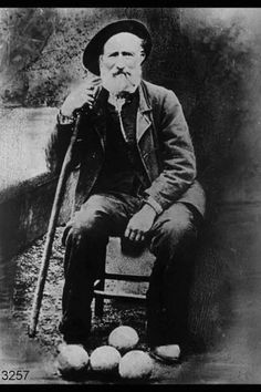 Anziano seduto e in posa con bocce sul terreno. 1910.  www.lombardiabeniculturali.it