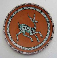 Plato de cerámica pintada a mano con motivo gacela. Epoca andalusí