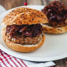 Chicken burger with mushrooms & caramelized red onions - Trois fois par jour Burger Recipes, Snack Recipes, Snacks, Cooking Recipes, Burger Co, Burger Mania, How To Cook Burgers, Bbq, Cooking On The Grill