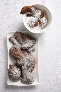Ingredience: mouka pšeničná hladká 200 gramů, máslo 160 gramů, cukr moučkový 90 gramů, ořechy vlašské 80 gramů (strouhané), vejce 1 kus, kakao 20 gramů, citronová kůra 1/2 lžičky (nastrouhaná), skořice 1/2 lžičky (mletá), hřebíček 1 kus (tlučený), máslo (na vymazání formiček), cukr moučkový (na obalení). Holiday Recipes, Cereal, Treats, Breakfast, Christmas, Food, Sweet Like Candy, Morning Coffee, Xmas