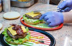 Hier werden gerade zwei Burger zubereitet und anschließend ausgeliefert. Mehr dazu hier: http://blog.mjam.net/restaurant-des-monats-xl-hollywood-burger/
