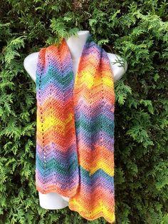 Schal Rainbow Schal gehäkelt in eine schöne Zick-Zack muster aus eine wolle in Regenbogenfarbverlauf. Das schal ist 19 cm breit und 156 cm lang. Material 100 % Premium Acryl. Spread the love Crochet, Material, Blog, Fashion, Rock Girls, Wave Pattern, Graphic Patterns, Scarf Crochet, Moda