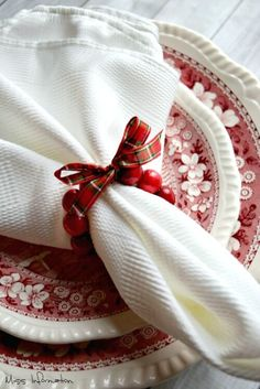 Make a set of easy cranberry wreath DIY napkin rings in less than an hour with only 3 things. Perfect for your Thanksgiving or Christmas table. Diy Christmas Napkins, Christmas Napkin Rings, Christmas Crafts For Kids, Diy Christmas Ornaments, Tartan Christmas, Holiday Crafts, Thanksgiving Table Settings, Christmas Table Settings, Holiday Tables