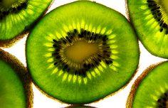 Healthy kiwi from New Zealand | Wenn wir ein frisches und energiereiches Lebensmittel verzehren, verbessern wir auch die Ordnung in unserem Körper. Je höher der Lichtgehalt und somit die lebenswichtigen Informationen im Lebensmittel, desto geeigneter ist es, die Ordnung der Zellen im Körper zu erhalten. Bei den Lebensmitteln ist der Lichtgehalt höher gestellt als die inhaltliche Zusammensetzung der Nährstoffe wie Kohlenhydrate, Eiweiß, Vitamine und Mineralstoffe. #Gesund #Kiwi #Neuseeland
