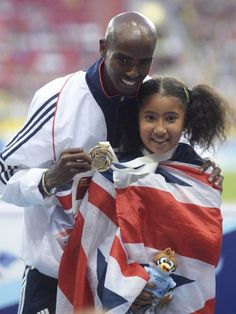 10.000-Meter-Weltmeister Mo Farah posiert bei der Siegerehrung mit seiner Stieftochter Rihanna. Zuvor war Farah der Konkurrenz bei der Leichtathletik-WM in Moskau davongerannt. (Foto: Christophe Karaba/dpa)