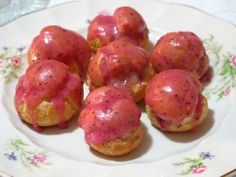 Carolinas recheadas com ganache de chocolate e cobertas com glacê de morango