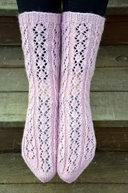 Maalis-huhtikuun vaihteessa kudoin varastoistani löytyneestä vaaleanpunaisesta Nalle -kerästä nämä sukat. Mallin suunnittelin siinä kutoes...