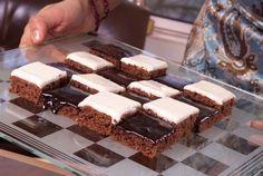 Shakkiruutuleivokset ❤❤❤ Kuorruta toinen puoli leivospohjasta valkoisella kuorrutteella ja toinen tummalla - näin saat leivoksista hauskan shakkiruudun. http://www.valio.fi/reseptit/shakkiruutuleivokset/
