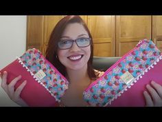 Aprenda Calcular as Medidas de Tecidos para Necessaire Simples Purse Organization, Craft Videos, Clutch Purse, Diy And Crafts, Sewing Projects, Patches, Pouch, Quilts, Knitting