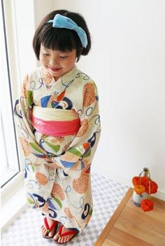 "Girls Kimono - Summer kimono w/ overall pattern of simple paper lanterns & bird toys.   ""The waistband is cute like a tail fin of a goldfish.}"