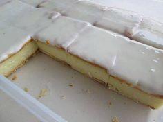 MIKROGOLF VLASKYWE: Meng 250 ml suiker&125 ml vlapoeier. Voeg 1 lt. melk by en meng. Voeg by 80 ml botter&20 ml vanilla, mikrogolf 10 min op hoog. Klits elke 2 min. Vlapap is reg as daar spore vorm wanneer klits. Pak cream crackers onder in bak, breekkant in lyn met mekaar. Gooi vlapap oor, pak nog cream crackers, laat afkoel. Maak 250 ml versiersuiker met 1 eetlepel kookwater aan, voeg bietjie suurlemoensap by tot dik pasta. Smeer die versiersel net oor die crackers anders trek dit vog.