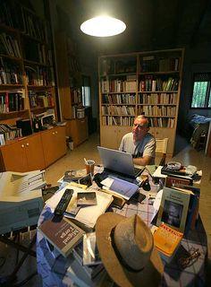 """Rafael Chirbes, uno de los autores de los mejroes autores españoles de los últimos tiempos. Premio Nacional de Narativa en 2014 por """"En la orilla"""", obra gracias a la cual también se hizo con el """"Premio Umbral"""" a libro del año. En los inicios de su carrera literaria fue finalista del Premio Herralde por """"Mimoun"""". Writing Studio, Writing Area, Study Room Design, Home Library Design, Best Frind, Artist Workspace, Recording Studio Home, Messy Room, Library Books"""